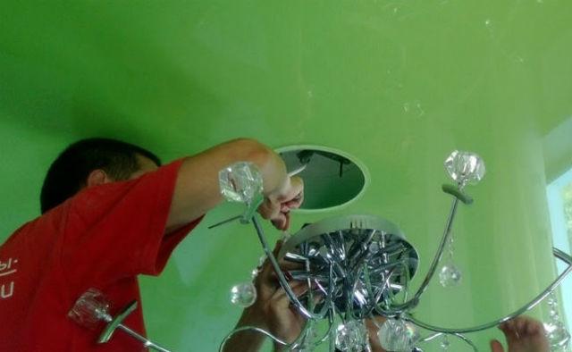 Как крепить люстру к натяжному потолку: способы креплений