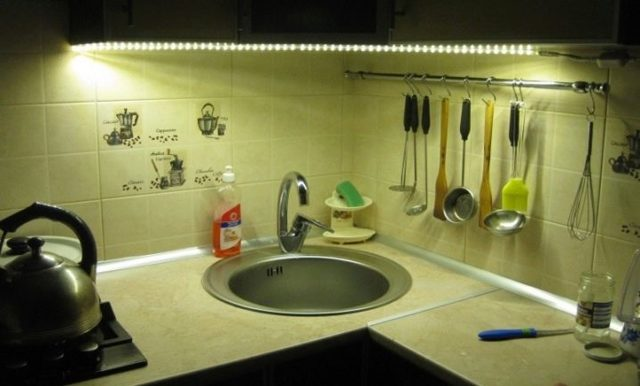 Светодиодная подсветка кухни под шкафы: монтаж, эксплуатация