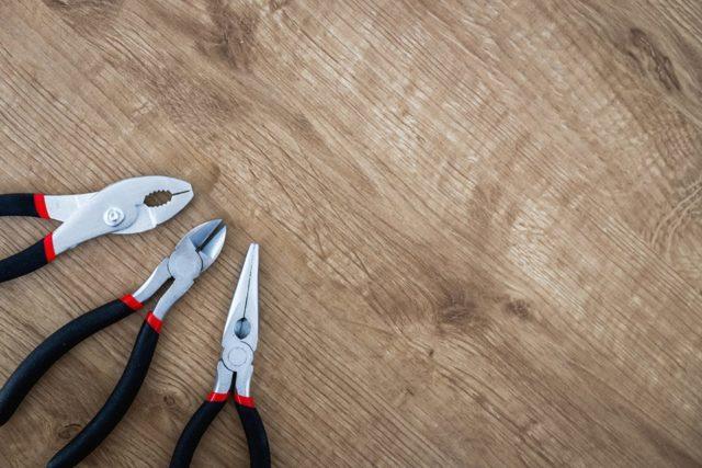 Как повесить люстру на гипсокартонный потолок: варианты креплений